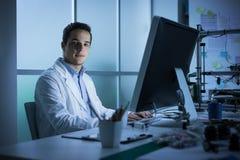 Junger Ingenieur, der am Schreibtisch arbeitet lizenzfreie stockfotos