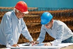 Junger Ingenieur und älterer Vorarbeiter Stockfotos