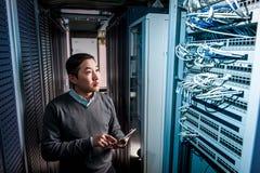 Junger Ingenieurgeschäftsmann im Serverraum Lizenzfreie Stockfotos