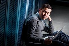 Junger Ingenieurgeschäftsmann im Serverraum Stockbilder