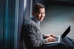 Junger Ingenieurgeschäftsmann im Serverraum Lizenzfreies Stockfoto