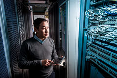 Junger Ingenieurgeschäftsmann im Serverraum Stockfotografie