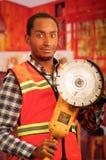 Junger Ingenieurtischler, der quadratisches Muster flanel Hemd mit der roten Sicherheitsweste, Handwerkzeug der elektrischen Sand Stockfotos