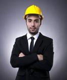 Junger Investor mit Aufbausturzhelm stockfoto
