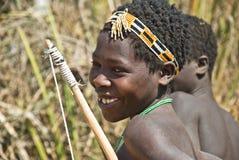 Junger Jäger vom Hadza Stamm Stockfoto