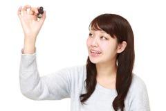 Junger japanischer Frauenabgehobener betrag in der Luft Stockfotografie
