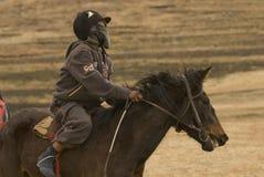 Junger Jockey und Pferd an den Rennen. Lizenzfreies Stockbild