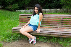 Junger Jugendlicher am Park Stockfotos