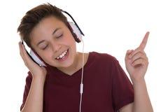 Junger Jugendlichjunge, der Musik hört Lizenzfreie Stockbilder