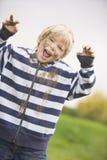Junger Junge abgedeckt im Schlamm Stockfotos
