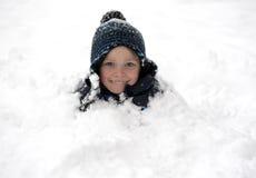 Junger Junge abgedeckt mit Schnee Stockbild