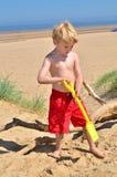 Junger Junge auf einem BRITISCHEN Strand Stockbild