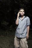 Junger Junge auf einem Mobiltelefon Stockfoto