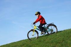 Junger Junge auf Fahrrad Stockbild