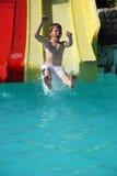 Junger Junge auf Supergefäß Stockfotos
