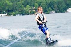 Junger Junge auf Wakeboard lizenzfreie stockfotografie