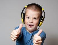 Junger Junge in den Kopfhörern Lizenzfreies Stockbild