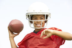 Junger Junge, der amerikanischen Fußball spielt Stockfoto