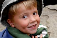 Junger Junge, der auf einem Felsen ein Sonnenbad nimmt stockfotos