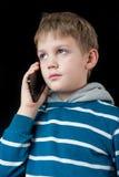 Junger Junge, der auf Handy spricht Stockbilder