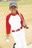 Junger Junge, der Baseball spielt Stockfotos