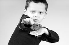 Junger Junge, der Bewegungen tut Lizenzfreies Stockfoto