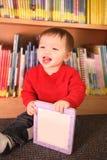 Junger Junge in der Bibliothek Stockbilder