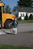 Junger Junge, der das Schulbuslächeln deaktiviert Lizenzfreie Stockfotografie