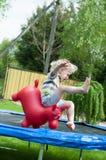 Junger Junge, der in den Garten springt Stockfoto