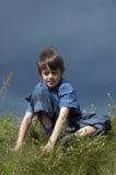 Junger Junge, der draußen aufwirft stockfotografie