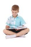 Junger Junge, der ein Abbildungbuch liest Lizenzfreie Stockbilder