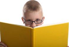 Junger Junge, der ein Buch liest Lizenzfreies Stockfoto