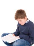 Junger Junge, der ein Buch liest Stockfoto