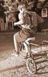 junger Junge, der ein Fahrrad reitet   Lizenzfreies Stockfoto