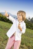Junger Junge, der eine geschmackvolle Eiscreme isst Lizenzfreies Stockfoto