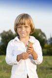 Junger Junge, der eine geschmackvolle Eiscreme isst lizenzfreies stockbild