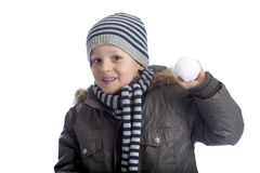 Junger Junge, der eine Schnekugel wirft Stockbild