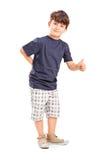 Junger Junge, der einen Daumen aufgibt Lizenzfreie Stockfotos