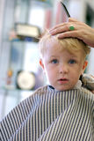 Junger Junge, der einen Haarschnitt erhält lizenzfreie stockfotos