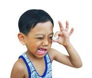 Junger Junge, der einen Marmor betrachtet Stockfotografie