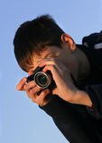 Junger Junge, der Fotos nimmt lizenzfreie stockbilder