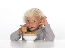 Junger Junge, der Frühstück isst Stockfotos