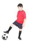 Junger Junge, der Fußball spielt Lizenzfreie Stockfotos