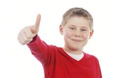 Junger Junge, der Ihnen Daumen aufgibt Stockfoto