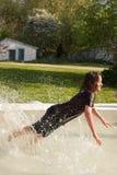 Junger Junge, der im Pool spielt Lizenzfreie Stockfotografie