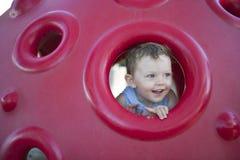 Junger Junge, der im Spielplatz spielt lizenzfreies stockfoto