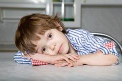 Junger Junge, der mit großen Augen schaut Stockbilder