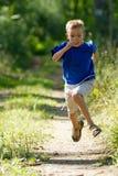 Junger Junge in der Natur lizenzfreie stockfotos