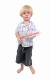 Junger Junge, der Pappgitarre mit weißem Hintergrund spielt Stockfoto