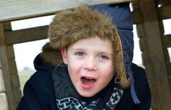 junger Junge, der am Park an einem kalten Tag spielt Lizenzfreie Stockfotografie